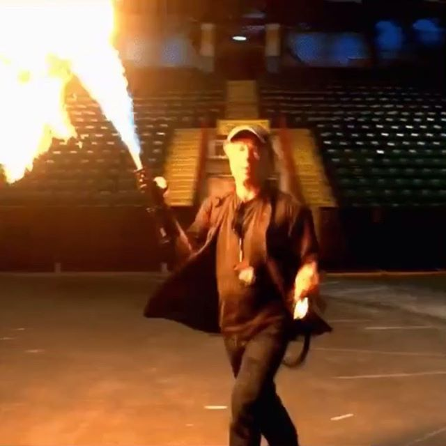 Bruce Dickinson brinca com fogo antes da nova tour do Iron Maiden