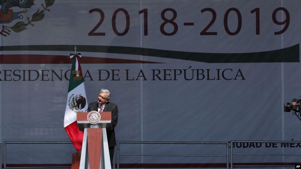 El presidente mexicano Andrés Manuel López Obrador habla en un mitin al cumplir un año de gobierno, en el Zócalo, la principal explanada de Ciudad de México / AP Foto/Marco Ugarte