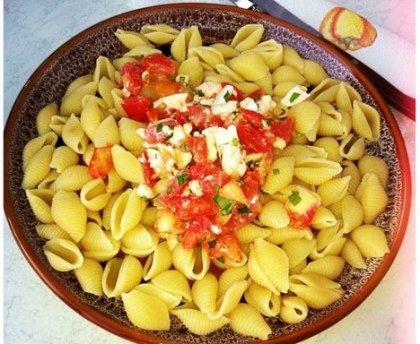 Warm linguine with fresh tomatoes, mozzarella and basil