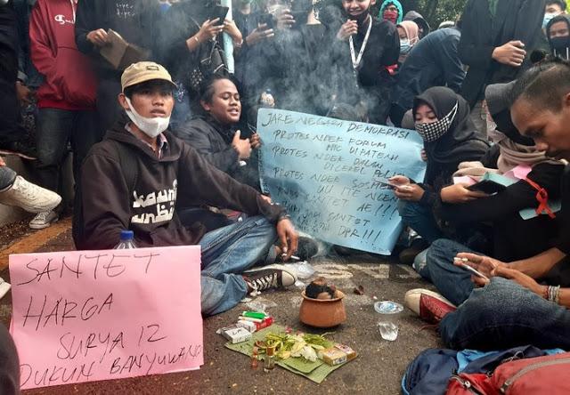 Dukun Santet Ikut Aksi Tolak UU Cipta Kerja, Diminta Kirim Batu dan Pasir ke Perut Anggota Dewan