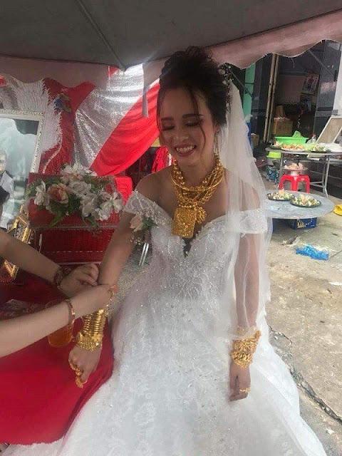 """cô dâu Hậu Giang khom lưng """"gánh"""" 129 cây vàng"""