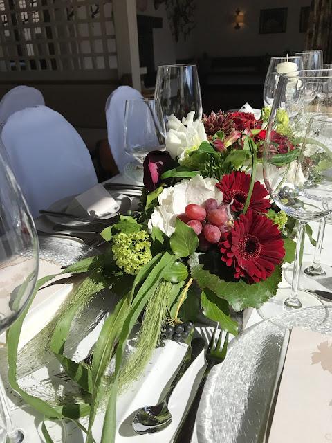 Centerpieces, Monaco di Bavaria wine shades and wood grains, Hochzeitsmotto, heiraten 2017 im Riessersee Hotel Garmisch-Partenkirchen, Bayern, wedding venue, dunkelrot, dunkelgrün, Weinthema