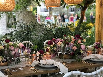 Mesa de boda preparada en el patio de una casa de estilo rural