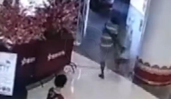 (Video) 'Kau dah kenapa giler?!' - Lelaki tendang budak, ancam nenek mangsa