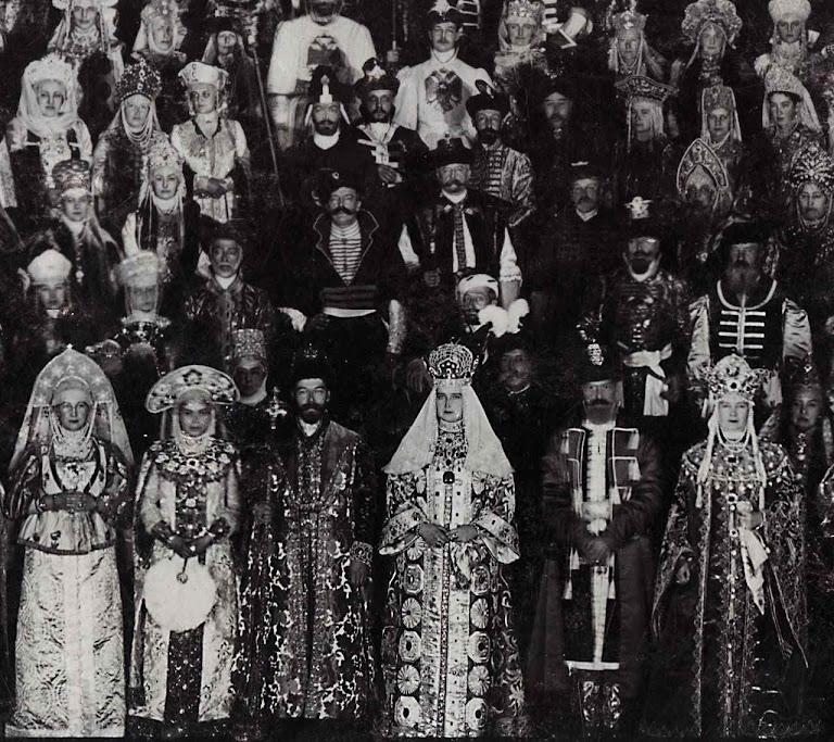 Baile no Palácio de Inverno com roupas russas do século XVII; em 1903.  O Czar e a czarina no centro. Um poder imenso e brilhante, mas carunchado.  Sem catolicismo acabaria devorada pelo monstro comunista.