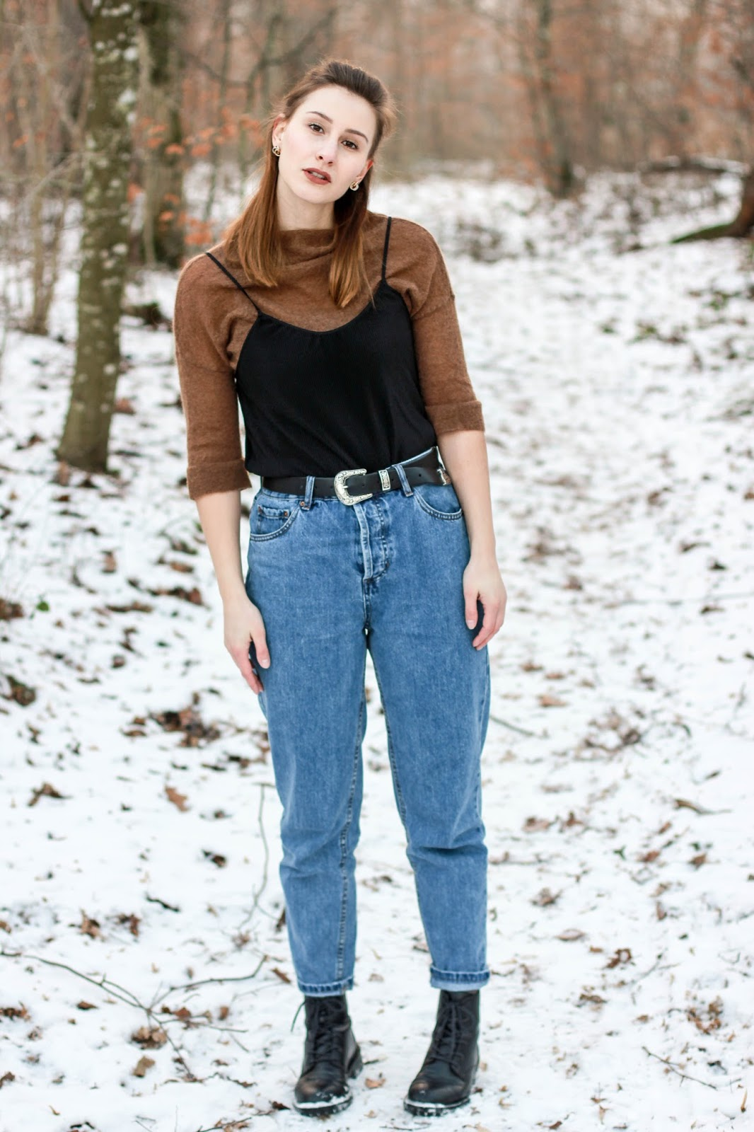 Outfit: 90s are back - Mom Jeans und brauner Pullover mit schwarzem Top