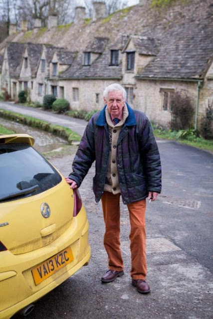 Cientos de carros son pintados de amarillo para apoyar a un jubilado