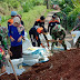 Sinergitas TNI dan Masyarakat Perbaiki Tanggul Jebol