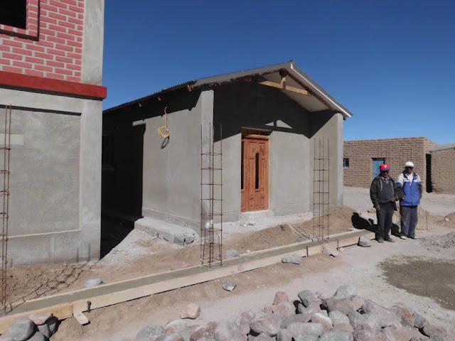 Eine wunderschöne Eingangstür aus Zedernholz hat unsere neue Kapelle auch schon