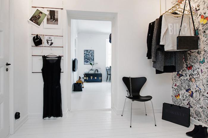 hall de un piso pequeño con papel en la pared y detalles en color dorado