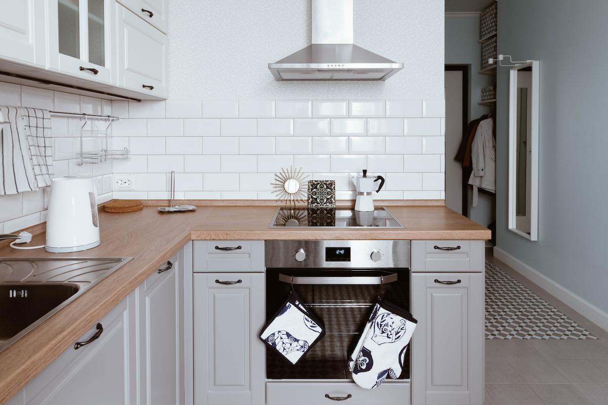 Cocina con muebles pintados y encimera de madera