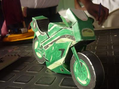 maqueta de moto hecha en papel