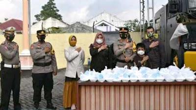 Putra-Putri Purnawirawan Polri Wonosobo Bagikan Nasi Bungkus kepada Warga Divaksin