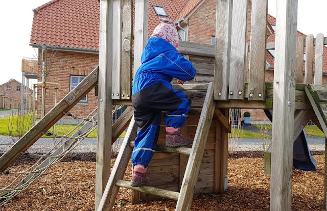 Vom Glück dieser Erde: Urlaub auf dem Küselhof und Reiterhof Witt auf Fehmarn. Auf dem Spielplatz des Hofes treffen sich alle Kinder.