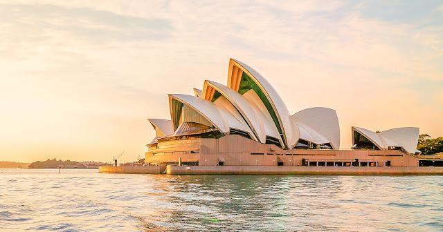 Chuyến đi Sydney của bạn sẽ không thể trọn vẹn nếu chưa tham quan Opera House. Nếu opera không phải là sở thích của bạn thì còn có rất nhiều thứ khác để xem tại đây, hãy kiểm tra lịch của các sự kiện để tìm được những thứ tốt và phù hợp nhất với bạn.