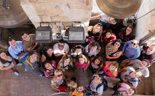 Pedazo foto de grupo de Lourdes de Con Niños y Equipaje.
