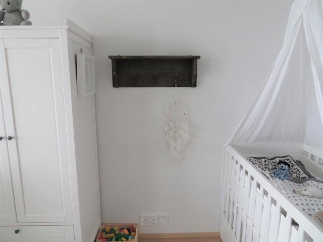 Puun värinen laatikko lattialla odottaa vielä väriä pintaan sekä seinällä oleva hylly somistuksia osakseen. Lisäksi olen suunnitellut hommaavani Fatboy Juniorin tuohon seinähyllyn alle, vaatekaapin ja sängyn väliin.