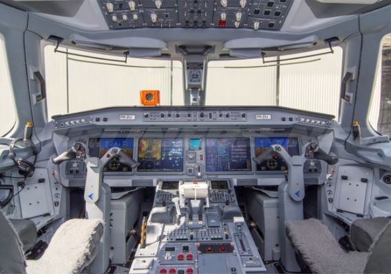 Embraer E195 Cockpit