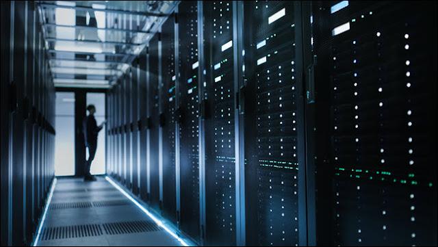 Photo of Out of Focus فني تقنية المعلومات يقوم بتشغيل خادم البيانات.