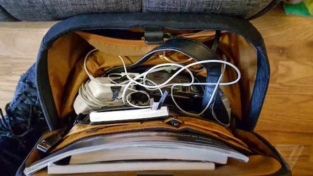 Mencampur Laptop Dengan Benda Lain Dalam Tas - Kebiasaan Sehari-Hari Yang Merusak Laptop