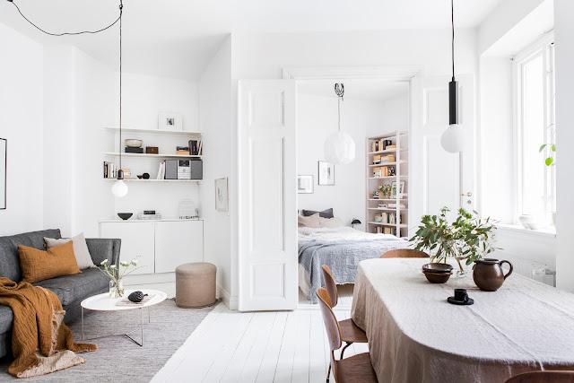 Dormitor pe colț, bucătărie și living în aceeași cameră într-un apartament de 42 m²