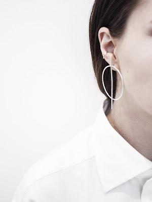 Perfil de mujer con pendientes en la oreja