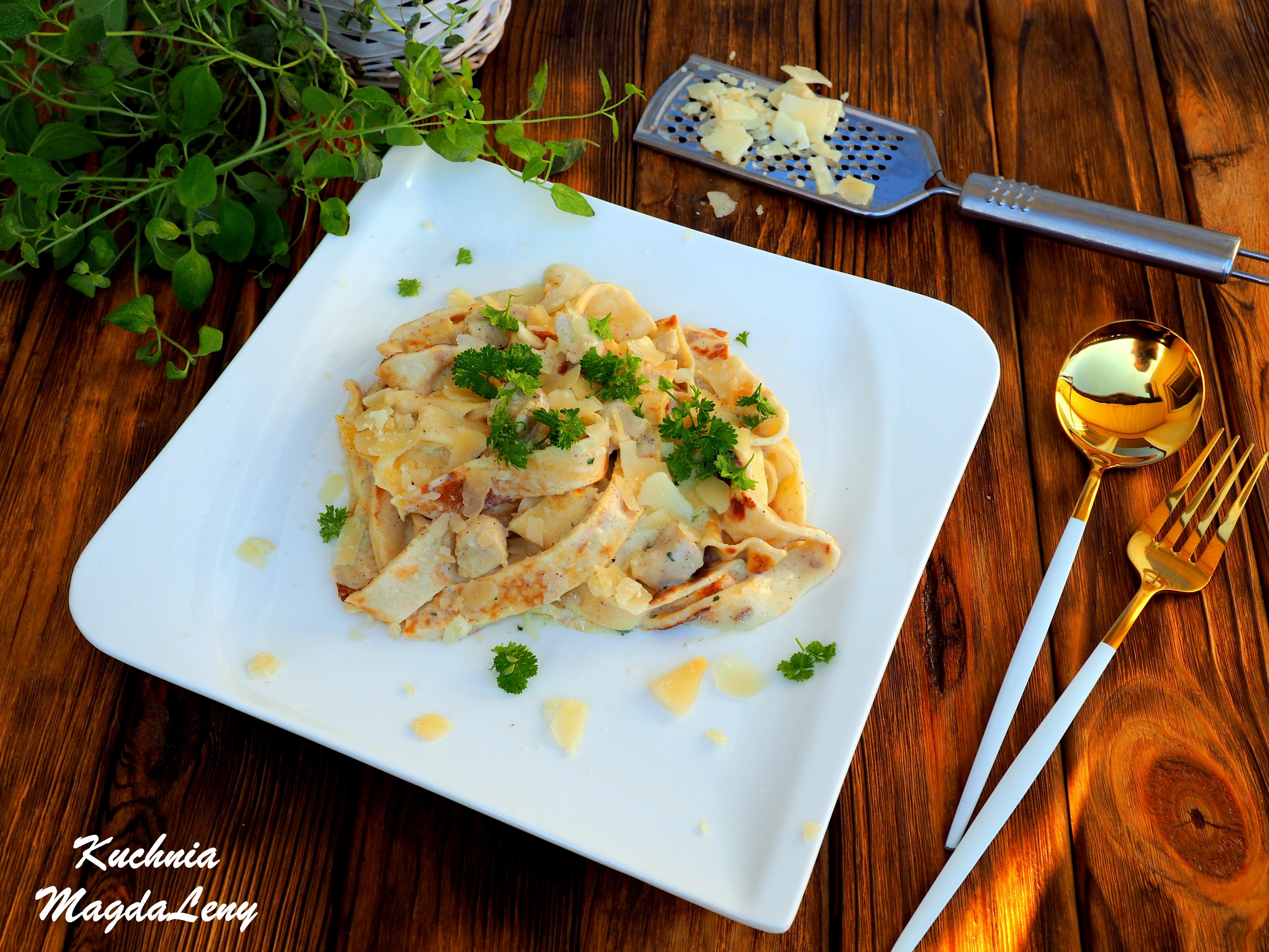 Makaron z naleśników z kurczakiem w sosie serowym