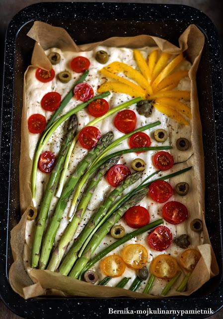 foccacia, foccacia obraz, foccacia garden, foccacia art, warzywa, ciasto, wlochy, szparagi, pomidory, przekaska, bernika, kulinarny pamietnik