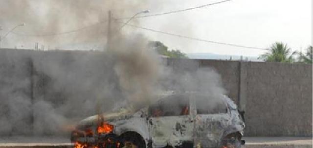 Em Delmiro Gouveia, carro abandonado é encontrado pegando fogo no bairro Novo