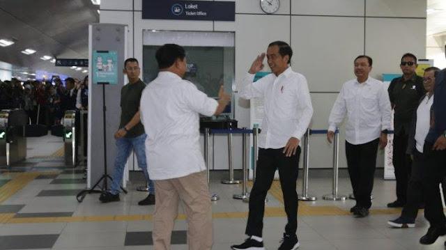 Ditemani BG, Jokowi dan Prabowo Saling Hormat dan Cipika-cipiki