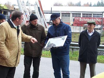 OB Kösterke, Stadtförster Herr Fischer und Herr Sigl beim Betrachten eines Luftbildes des Traunsteiner Nordens