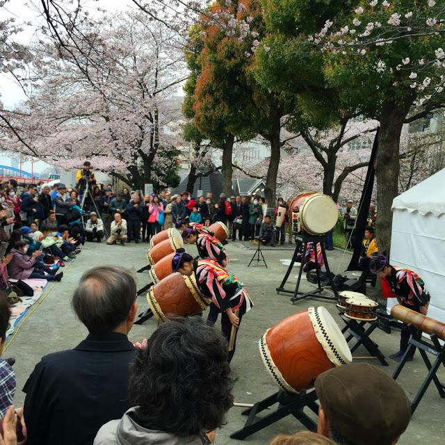 東京観光:隅田川沿いで和太鼓のパフォーマンス