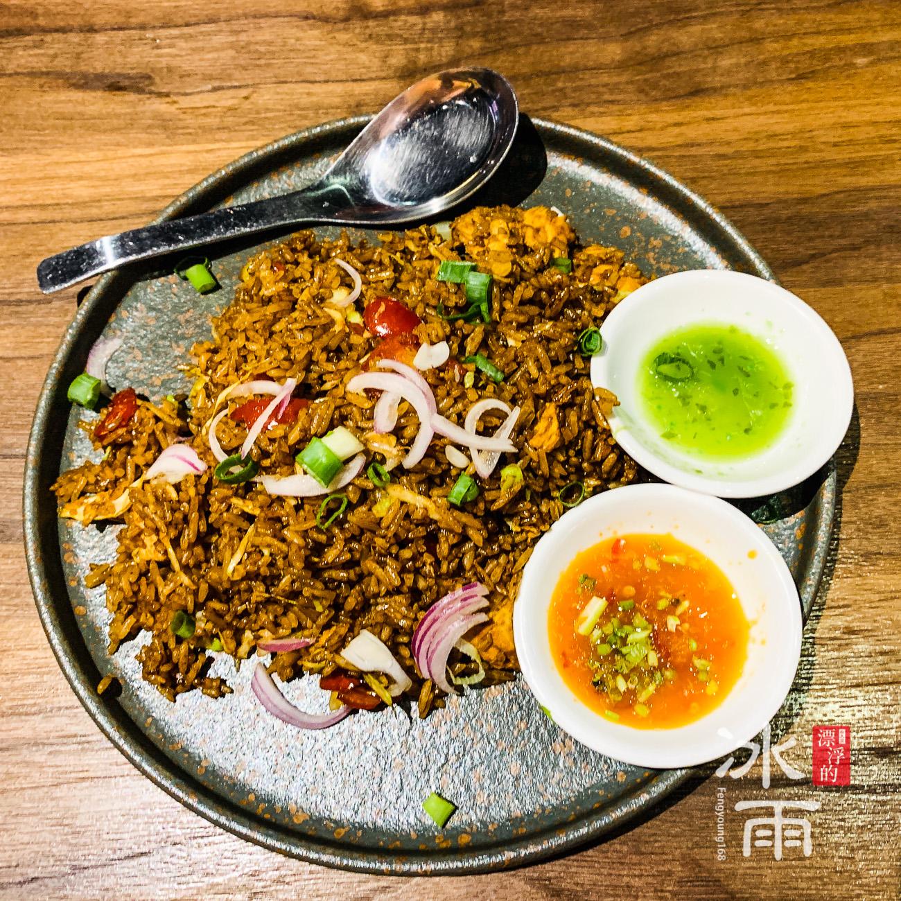 看起來黑黑的泰式炒飯,一定要用泰國米,不過這家好像是用台灣米