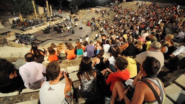 Με άδειες τις πέντε πρώτες σειρές οι παραστάσεις στο Αρχαίο Θέατρο Επιδαύρου