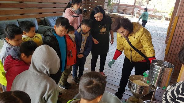 香田國小學生手作菜頭粿 迎接新年好彩頭