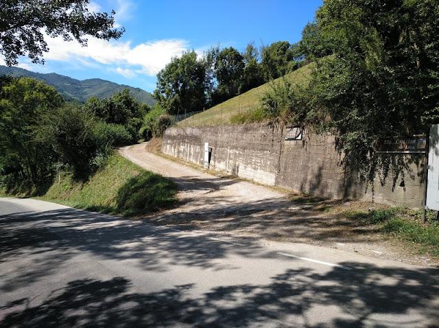Camino peatonal de acceso desde la carretera a Santa Cristina de Lena en Pola de Lena (Asturias-España)