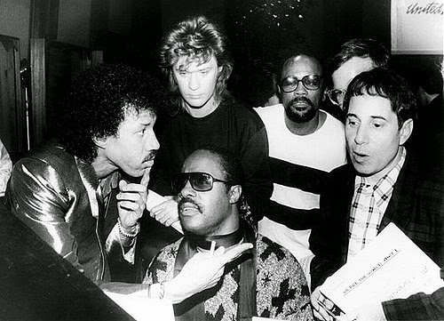"As gravações de ""We Are the World"": Lionel Richie, Daryl Hall, Quincy Jones e  Paul Simon em torno de Stevie Wonder"