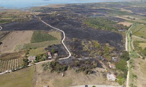 Οι εικόνες που δημοσιοποίησε ο Δήμος Αρταίων αποτυπώνει το πέρασμα της πύρινης λαίλαπας δίπλα από τους οικισμούς Καλογερικού, Απόμερου και Μύτικα στη Δημοτική Ενότητα Αμβρακικού.