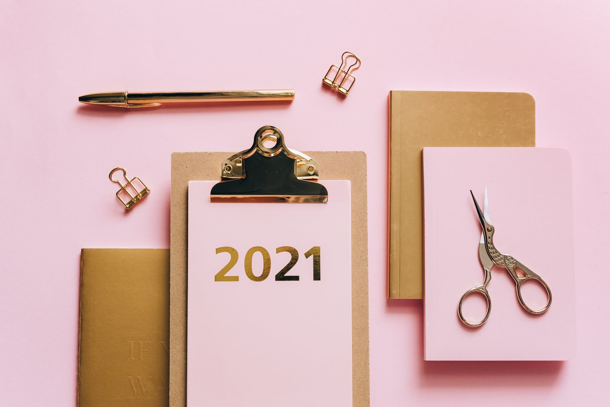 clipboard and stationery saying 2021
