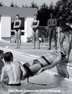 sauvetage au bord piscine avec plan dur
