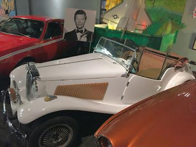 Ao contrário do modelo exposto no museu, o MP Lafer usado no filme de 007 Contra o Foguete da Morte, tinha a carroceria toda branca, rodas originais de fábrica e bancos separados.