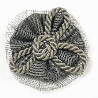 Broche cordón gris