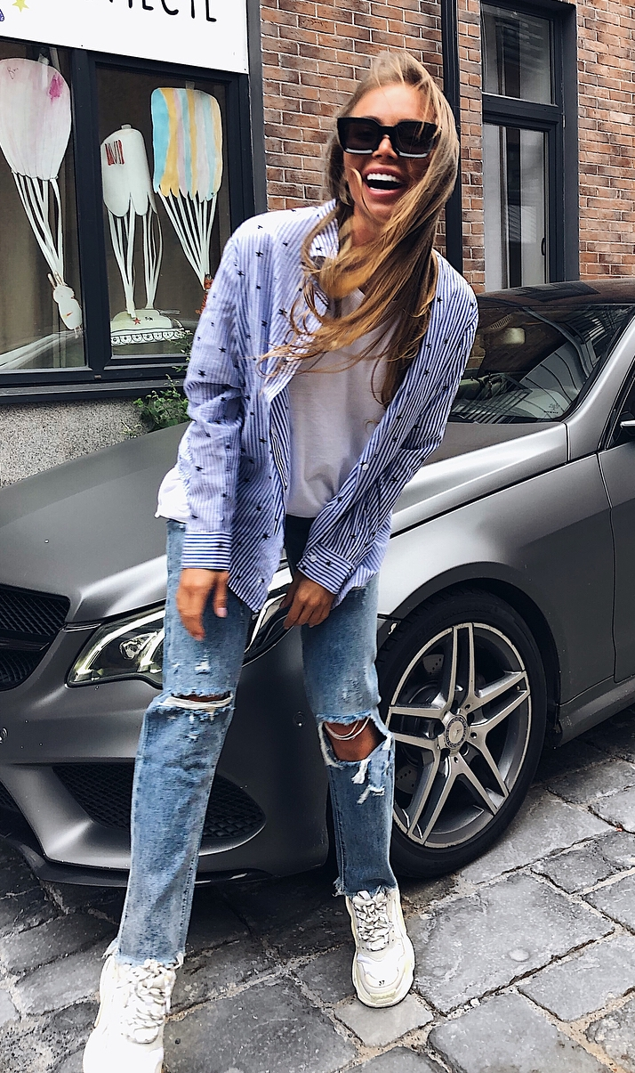 how to style a pair of ripped jeans : white top + striped shirt + sneakers