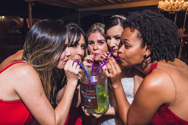 amigas bebendo mojito de 2 litros