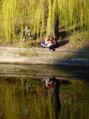 Frauen sitzen am Wasser