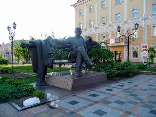 Рівне. Театральна площа. Пам'ятник Уласу Самчуку