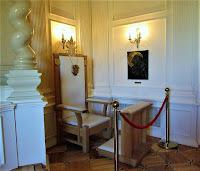 Tron papieski i Matka Boża Katyńska w Kaplicy
