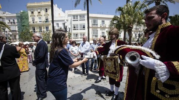 A las cofradías de Cádiz ni agua