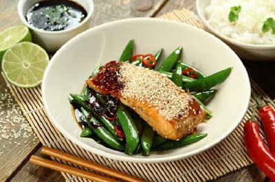 Salmon in teriyaki sauce with green peas