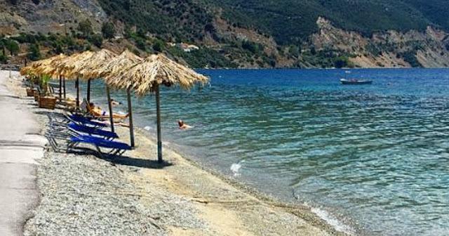 Η άγνωστη ελληνική παραλία που έχει μόνιμα ζεστά νερά και μπορείς να κάνεις μπάνιο όλο το χρόνο